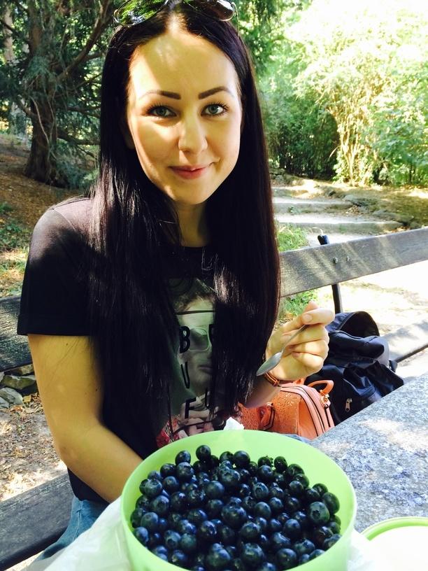 Zita áfonyát eszik a világvégén, mert előre csomagolt :)